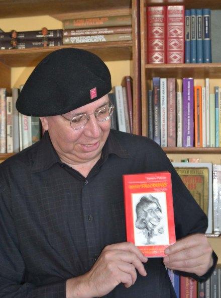 Patricio Falconí Almeida se divierte escribiendo y leyendo libros.